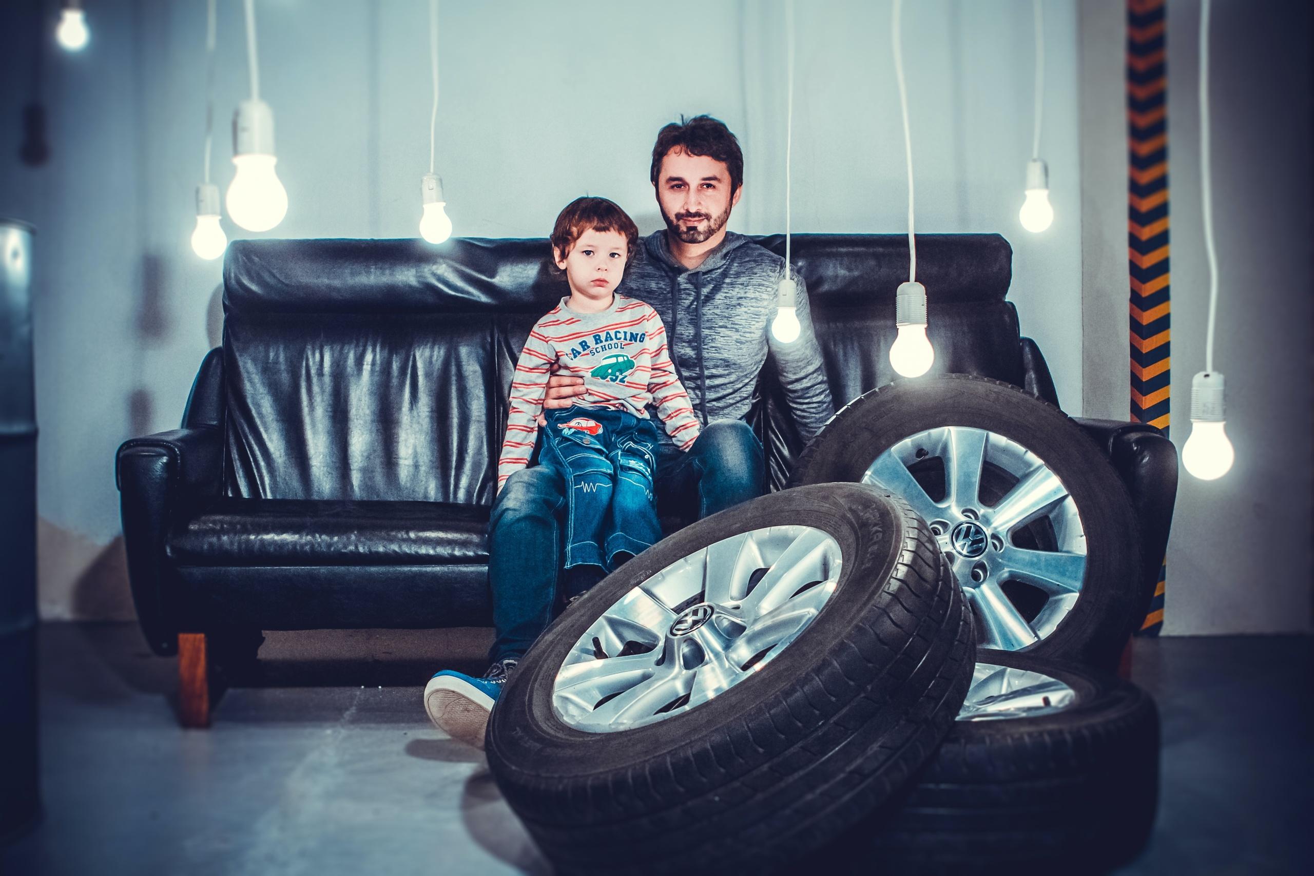 """<!-- wp:paragraph --> <p>家の庭やベランダに不要なタイヤが転がっている、冬用や雪山用にタイヤを購入したけれど結局使わないので手放したいなど、それぞれのご家庭の理由でタイヤの処分が必要になることがありますが、タイヤの処分は「はいゴミ箱へ」とはいきません。</p> <!-- /wp:paragraph -->  <!-- wp:paragraph --> <p>いくつかの方法を紹介します。最も効率よく手間がかからない方法を選んでくださいね。</p> <!-- /wp:paragraph -->  <!-- wp:image {""""id"""":2275,""""width"""":634,""""height"""":422,""""sizeSlug"""":""""large"""",""""className"""":""""is-style-default""""} --> <figure class=""""wp-block-image size-large is-resized is-style-default""""><img src=""""https://taiya-garageget.jp/wpx/wp-content/uploads/2020/09/workshop-3836241_1920-1024x683.jpg"""" alt="""""""" class=""""wp-image-2275"""" width=""""634"""" height=""""422""""/></figure> <!-- /wp:image -->  <!-- wp:heading --> <h2>タイヤは産業廃棄物</h2> <!-- /wp:heading -->  <!-- wp:paragraph --> <p>タイヤは、一般人が家庭ゴミや粗大ゴミとして廃棄することができません。廃棄物処理法では、事業者から排出される使用済みのタイヤは廃プラスチック類という産業廃棄物に区分され、それ以外の家庭などから排出される廃タイヤは一般廃棄物に区分されます。</p> <!-- /wp:paragraph -->  <!-- wp:paragraph --> <p>通常、一般廃棄物は各自治体が収集運搬して適正な処理を行うこととなっていますが、家庭から排出されるタイヤは一般廃棄物の適正処理困難物に指定されており、ほとんどの自治体で回収を行っていません。</p> <!-- /wp:paragraph -->  <!-- wp:paragraph --> <p>家庭から排出される廃タイヤは、タイヤ販売会社やカー用品店、ガソリンスタンド、自動車整備工場、カーディーラーなどのタイヤ販売店に処理を依頼します。</p> <!-- /wp:paragraph -->  <!-- wp:paragraph --> <p>回収されたタイヤは、その後中間処理業者を通じて再生利用先や最終処分先にて処理されることになります。</p> <!-- /wp:paragraph -->  <!-- wp:heading --> <h2>タイヤの処分方法4つ</h2> <!-- /wp:heading -->  <!-- wp:image {""""id"""":2277,""""sizeSlug"""":""""large"""",""""className"""":""""is-style-default""""} --> <figure class=""""wp-block-image size-large is-style-default""""><img src=""""https://taiya-kaitori.jp/wpx/wp-content/uploads/2020/09/man-with-a-boy-sitting-on-sofa-1648406-1024x683.jpg"""" alt="""""""" class=""""wp-image-2277""""/></figure> <!-- /wp:image -->  <!-- wp:heading {""""level"""":3} --> <h3>1.新規購入時に処分もしくは買取をしてもらう</h3> <!-- /wp:heading -->  <!-- wp:paragraph --> <p>新しいタイヤの購入時に、タイヤ販売店に古い使用済みタイヤを引き取ってもらう方法です。タイヤの状態が良好であれば下取りや買取りをしてくれることもあります。</p> <!-- /wp:paragraph -->  <!-- wp:paragraph --> <p>新しいタイヤに履き替えると同時に、使用済みのタイヤをその場で手放すことができます。タイヤの保管場所や処分方法に悩む必要もない、合理的でシンプルな方法です。</p> <!-- /wp:paragraph -->  <!-- wp:image {""""id"""":2276,""""width"""":527,"""""""